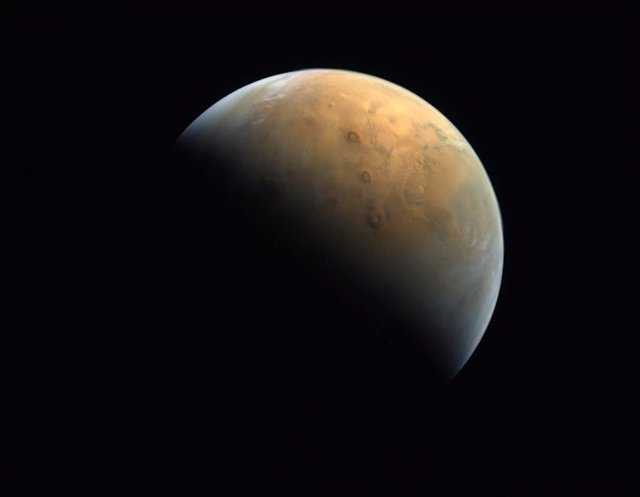 Archivo - Primera imagen de Marte captada por la sonda emiratí Amal