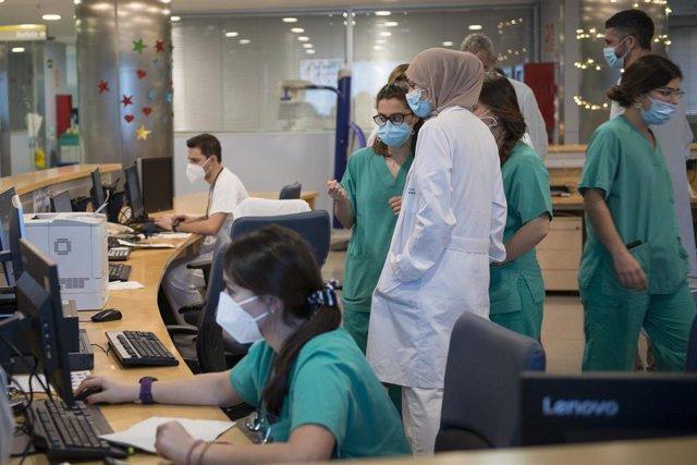 Archivo - Personal sanitario de la Unidad de Cuidados Intensivos (UCI) para enfermos de coronavirus del Hospital Universitario Dr. Josep Trueta de Girona, Catalunya (España), a 21 de diciembre de 2020. Cataluña ha amanecido hoy con nuevas restricciones, e