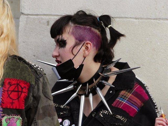 Una joven punky con mascarilla en Nueva York