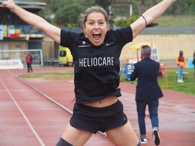 La atleta española Sara Andrés celebra su récord del mundo de 200 m T62 en el Mitin Paralímpico de L'Hospitalet