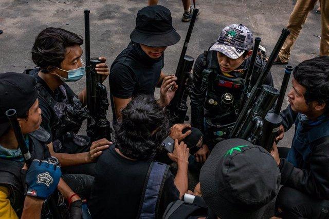 Miembros de la oposición a la dictadura con armas improvisadas en Rangún