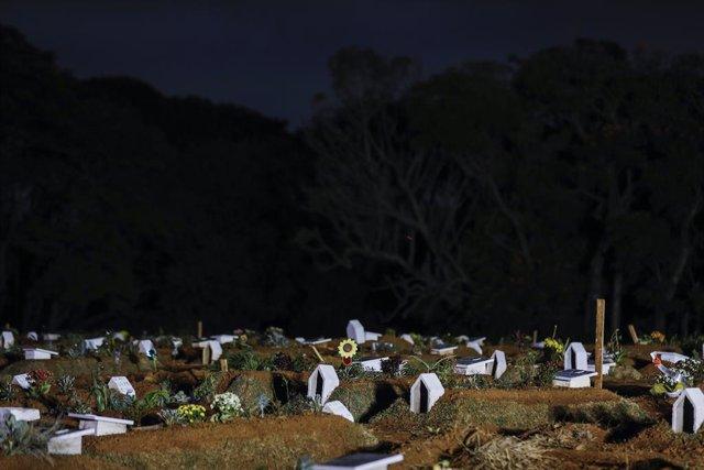 Los cementarios en Brasil se quedan sin espacio por el aumento de fallecidos por la COVID-19.