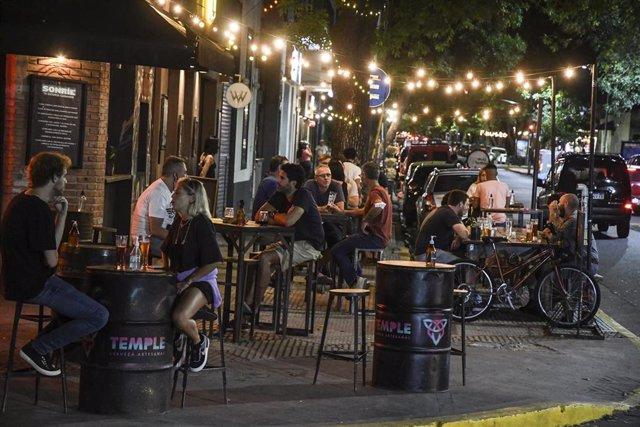 Terrazas de bares en la ciudad de Buenos Aires durante la pandemia.