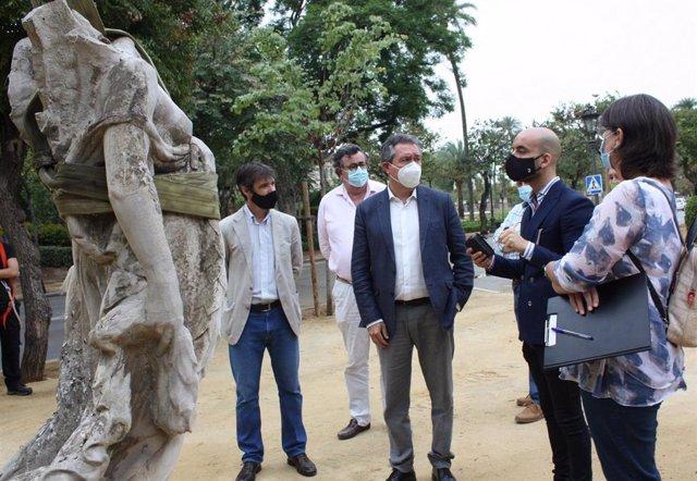 Visita del alcalde al Parque de María Luisa para comprobar los trabajos de restauración en las Victorias Aladas