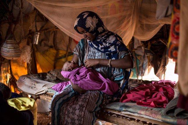 Archivo - Una mujer desplazada y su bebé desnutrido en Somalia