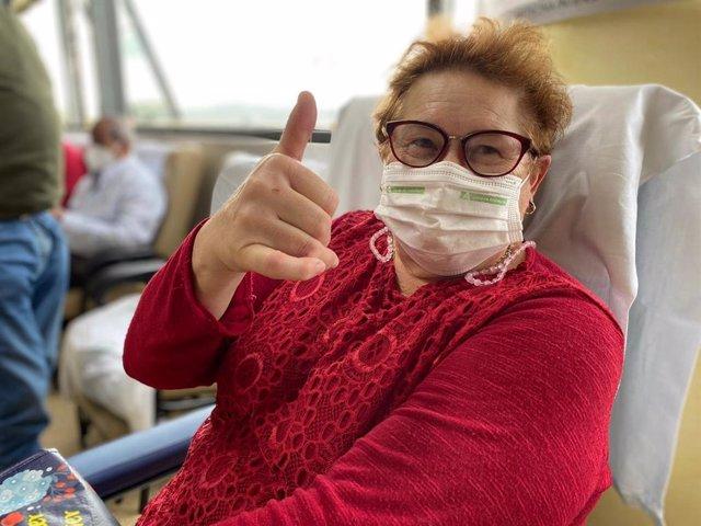 Una mujer justo antes de recibir la vacuna contra el Covid-19