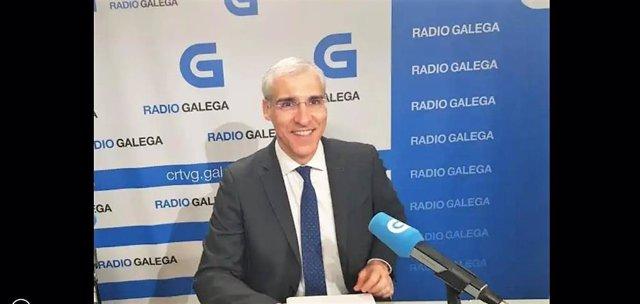 Archivo - Francisco Conde, conselleiro de Economía e Industria, en una entrevista en la Radio Galega