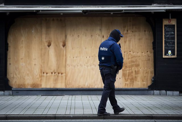 Archivo - 30 January 2021, Belgium, Turnhout: A police officer stands guard at an empty street as part of the police preparations to stop any possible riots regarding the coronavirus measures. Photo: Kristof Van Accom/BELGA/dpa