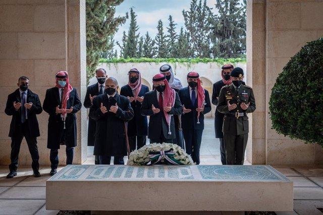 El rey Abdulá II acompañado de familiares, entre ellos el antiguo príncipe heredero Hamza bin Husein