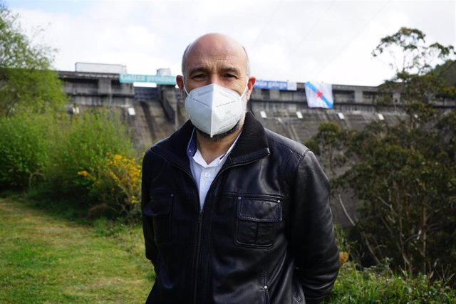 El diputado de BNG en el Congreso, Néstor Rego, tras participar este domingo en una acción reivindicativa en el embalse da Ribeira, en As Pontes (A Coruña)