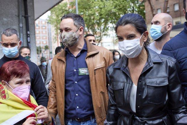 El presidente de Vox, Santiago Abascal (i), y la candidata de Vox a la Presidencia de la Comunidad de Madrid, Rocío Monasterio (d), durante un acto del partido en el distrito de Ciudad Lineal, a 11 de abril de 2021, en Madrid (España).