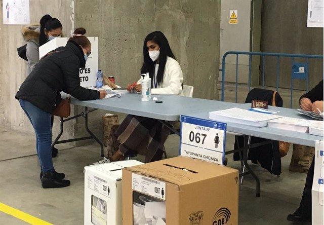 Una persona ecuatoriana residente en Cataluña vota en los comicios presidenciales de Ecuador en un pabellón de la Fira de Barcelona