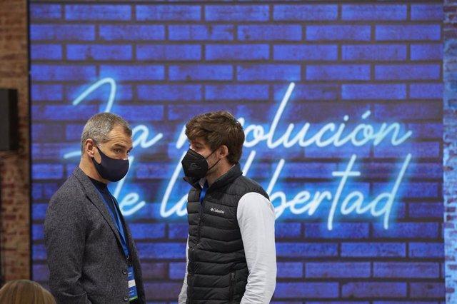 El candidato número 5 a las elecciones de la Asamblea de Madrid, Toni Cantó (i) y un componente de Nuevas Generaciones del PP durante el XV Congreso Nacional de Nuevas Generaciones del PP en Espacio Jorge, a 10 de abril de 2021, en Madrid (España).