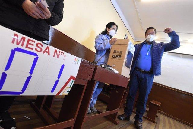 El presidente de Bolivia, Luis Arce, vota en las elecciones regionales