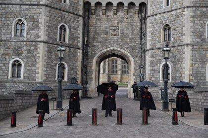 """La reina de Inglaterra lamenta el """"gran vacío"""" dejado por el duque de Edimburgo"""