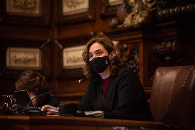 Archivo - La alcaldesa de Barcelona, Ada Colau, durante una sesión plenaria del Consejo municipal del Ajuntament de Barcelona, en una foto de archivo.