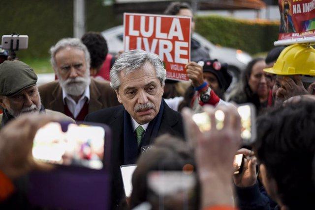 Archivo - El presidente argentino, Alberto Fernández, durante una visita en la cárcel al expresidente brasilelño Luis Inácio Lula Da Silva.