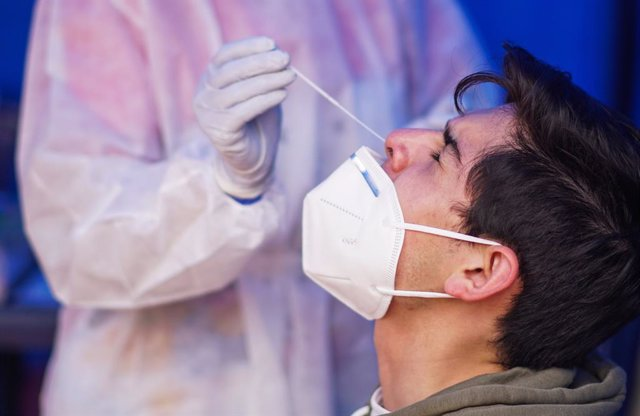 10 April 2021, Colombia, Bogota: A health worker takes a swab from a man for a coronavirus (COVID-19) test. Bogota enters a three-day lockdown from Saturday to Tuesday due to the increase in COVID-19 cases. Photo: Daniel Garzon Herazo/ZUMA Wire/dpa