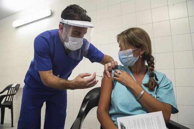 Archivo - Una enfermera recibe una dosis de vacuna contra el coronavirus en la ciudad de Rosario(Argentina).