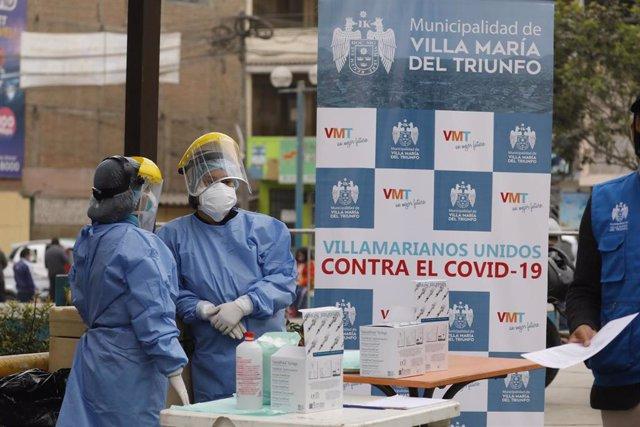 Archivo - Un grupo de trabajadores del Ministerio de Salud de Perú.