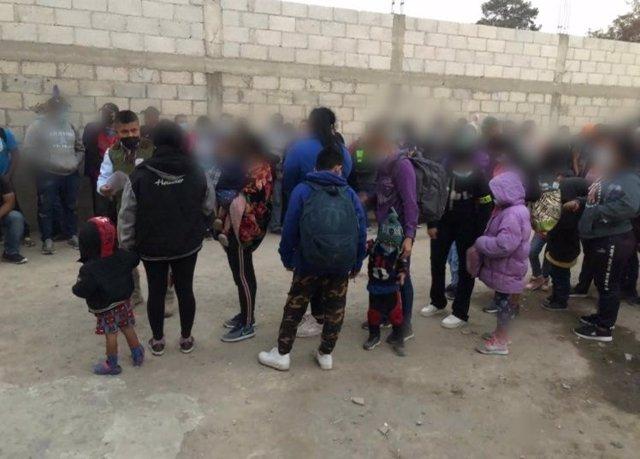 Algunas de las 136 personas migrantes halladas en el interior de una casa en Tlaxcala.