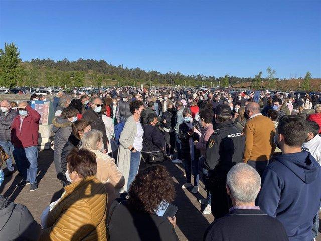 Personas se aglomeran en la vacunación masiva de Santiago de Compostela a 6 de abril de 2021.