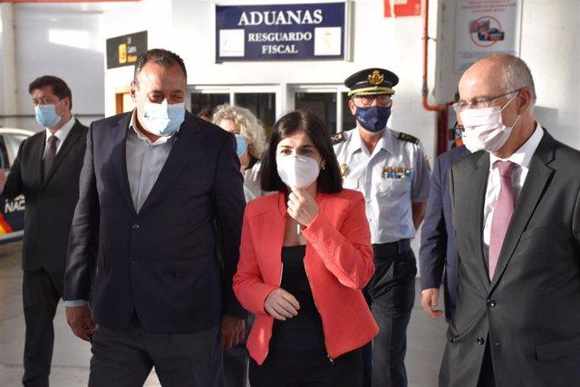 La ministra de Sanidad, Carolina Darias, en el centro de la imagen, durante la repción de vacunas en Gran Canaria