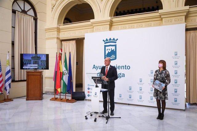 El alcalde de Málaga, Francisco de la Torre, junto con la concejala delegada de Participación, Migración, Acción Exterior, Cooperación, Transparencia y Buen Gobierno, Ruth Sarabia, en rueda de prensa