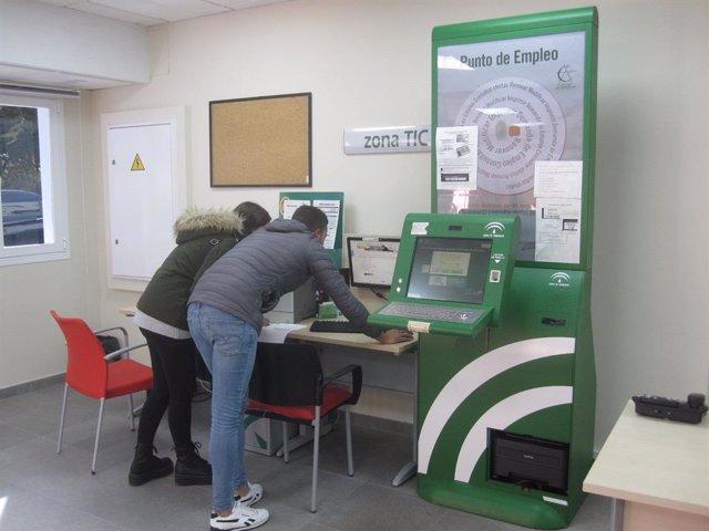Archivo - Imagen de archivo de dos usuarios en una oficina del Servicio Andaluz de Empleo (SAE).