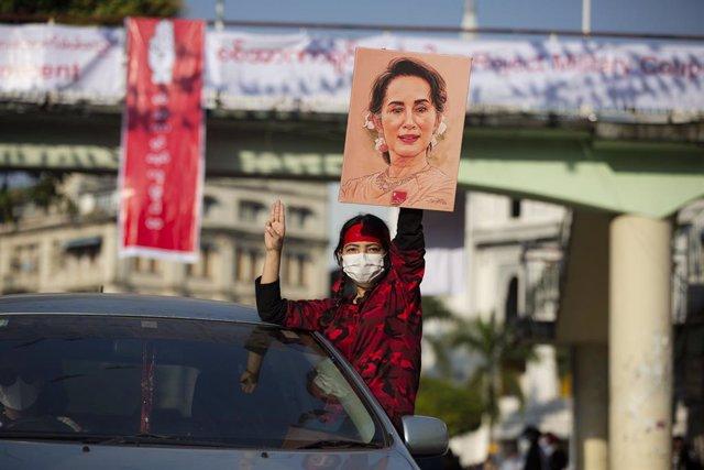 Archivo - Una seguidora de la exlíder 'de facto' de Birmania Aung San Suu Kyi durante una protesta en Rangún contra el golpe de Estado