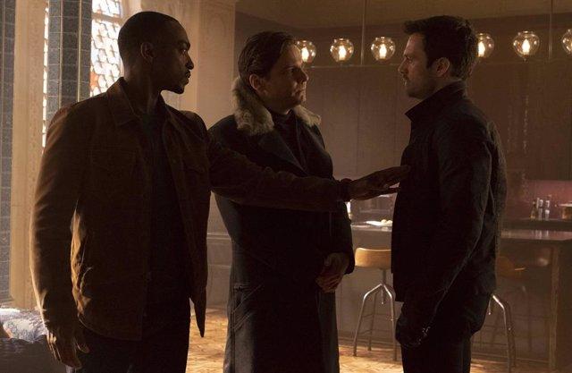 Archivo - Falcon/Sam Wilson (Anthony Mackie), Zemo (Daniel Brühl) y Bucky Barnes (Sebastian Stan) en Falcon y el Soldado de Invierno