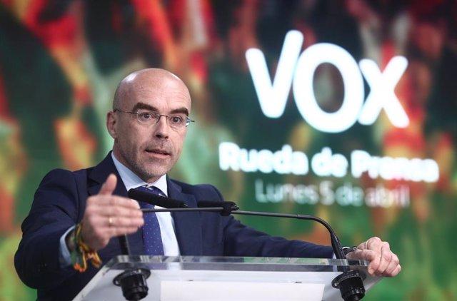 El vicepresidente primero de acción política y eurodiputado de Vox, Jorge Buxadé, interviene durante una rueda de prensa del Comité de Acción Política (CAP) del partido, a 5 de abril de 2021, en Madrid (España). Vox ofrece esta rueda de prensa a dos seman