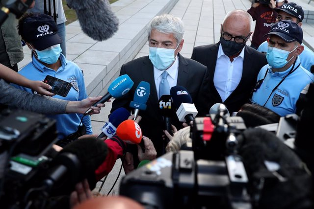 09 April 2021, Portugal, Lisbon: Former Portuguese Prime Minister Jose Socrates (C) speaks to media as he leaves the court after the instructional decision session of the high-profile corruption case known as Operation Marques, at the Justice Campus in Li