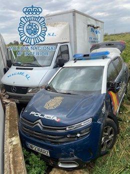 Camión y coche patrulla de la actuación en Torreblanca