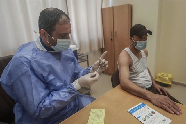 Archivo - Vacunación contra el coronavirus en la Franja de Gaza