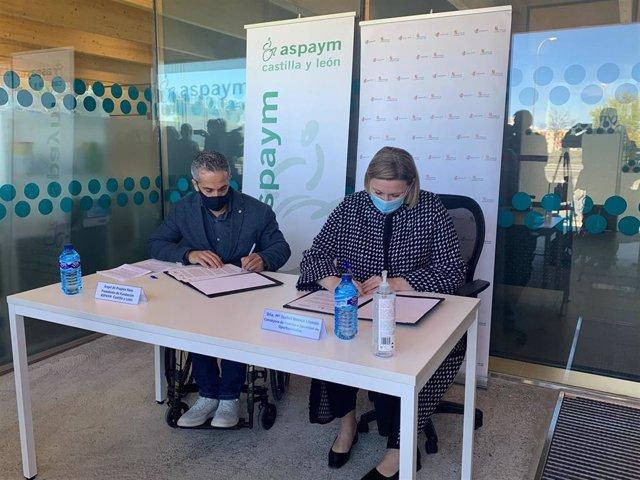 Isabel Blanco y Ángel de Propios firman el convenio.