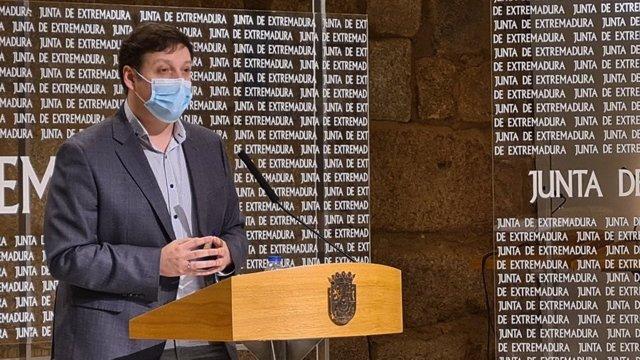 El secretario general de Educación de la Junta de Extremadura, Francisco Javier Amaya, en rueda de prensa sobre el proceso de escolarización para el curso 2021/2022