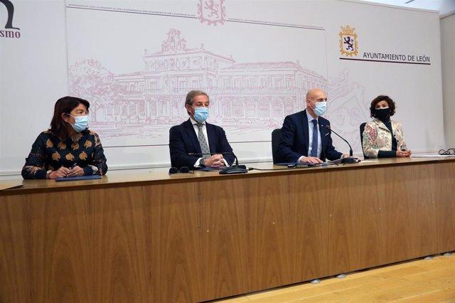 El alcalde de León, José Antonio Diez, junto a la concejal de Promoción Económica, Susana Travesí, el presidente de la Cámara de Comercio de León, Javier Vega, y la Secretaria General del Ayuntamiento de León, Carmen Jaén.