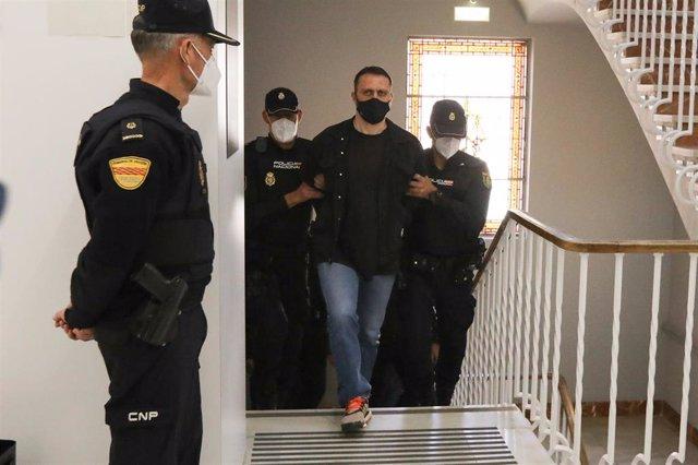 El acusado Norbert Feher, alias 'Igor el Ruso' es trasladado por varios agentes para asitir al juicio que se celebra en la Audiencia Provincial de Teruel
