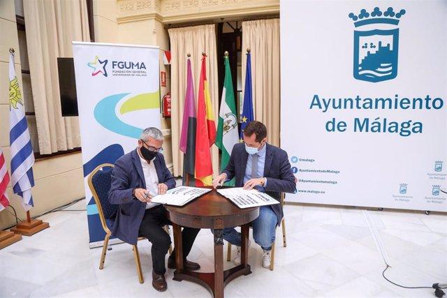 El concejal del Área de Jueventud, Luis Verde, y el director general de la Fguma, Diego Vera, durante la firma de un acuerdo