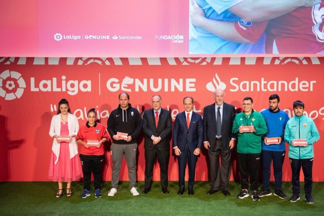 Archivo - Javier Tebas, Rami Aboukhair y Vicente del Bosque con componentes de LaLiga Genuine Santander 2019-2020