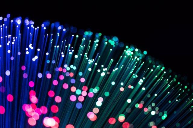 Archivo - Imagen en detalle de un cable de fibra óptica