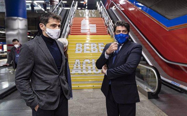 El consejero de Vivienda y Administración Local, David Pérez, y el director general adjunto de la Fundación Real Madrid, Iker Casillas, visitan la estación de Mar de Cristal de Metro en el marco de una campaña para fomentar el deporte