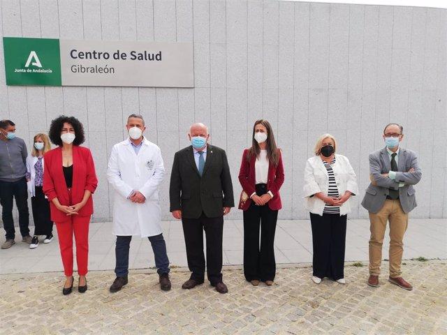 Autoridades en la inauguración del centro de salud de Gibraleón (Huelva).