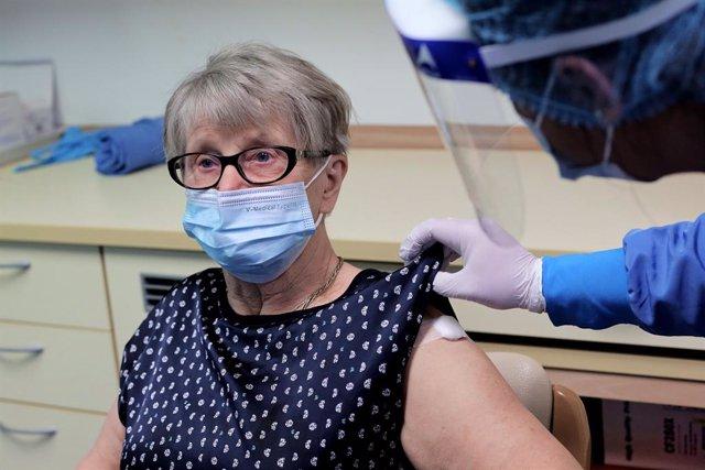 Archivo - 27 December 2020, Slovenia, Ljubljana: A woman at the Dom starejsih obcanov Fuzine senior citizen home receives her dose of the Biontech/Pfizer COVID-19 vaccine. Photo: Daniel Novakovic/STA/dpa