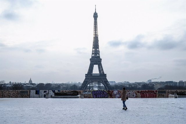 Archivo - 10 February 2021, France, Paris: A view of the square (Place du Trocadero) in front of the Eiffel Tower during snowfall. Photo: Sadak Souici/Le Pictorium Agency via ZUMA/dpa
