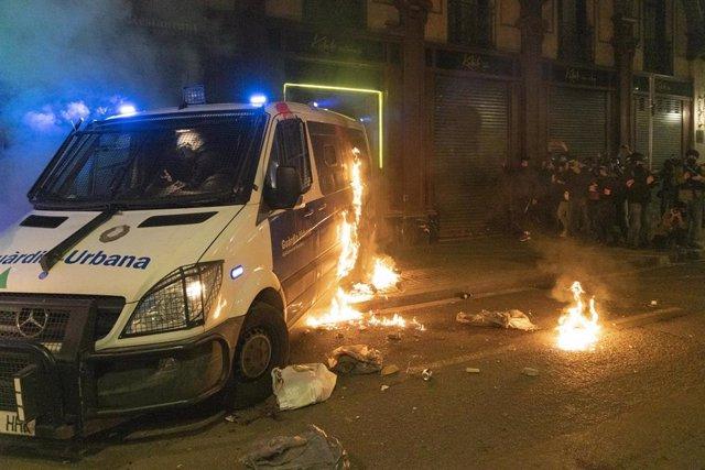 Archivo - Disturbios y destrozos tras la manifestación en defensa de la libertad de Pablo Hasél y los derechos sociales tras 12 días de protestas, en Barcelona (España), a 27 de febrero de 2021.