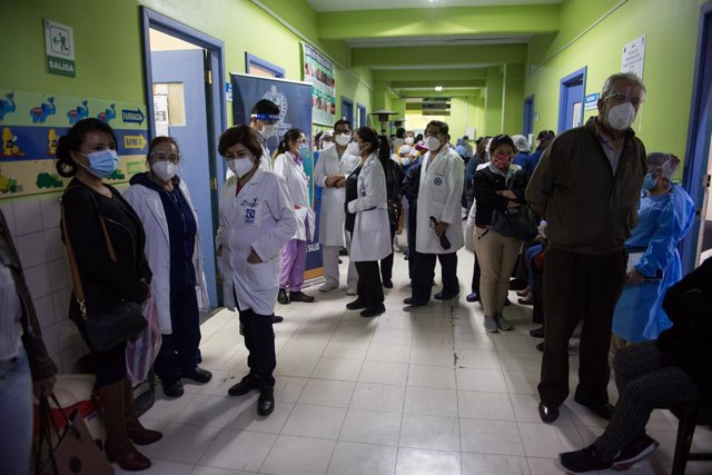 Archivo - 26 February 2021, Bolivia, La Paz: Health care workers wait for the start of the vaccination campaign with the Corona vaccine of the Chinese company Sinopharm at the Hospital of Pediatric Medicine. Staff at the hospital are to receive the Sinoph