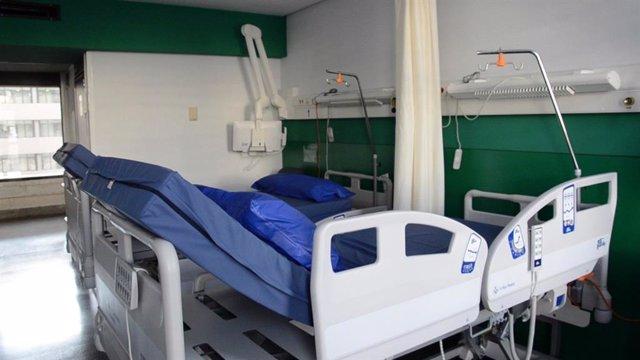 Archivo - Imagen de una de las habitaciones del Hospital Dr. Negrín