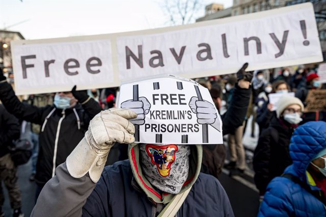 "Archivo - 31 January 2021, Berlin: A demonstrator holds a sign reading ""Free Kremlin's Prisoners"" during a demonstration against the detention of Russian opposition leader Alexei Navalny.  Navalny was immediately detained upon his arrival in Moscow earlie"